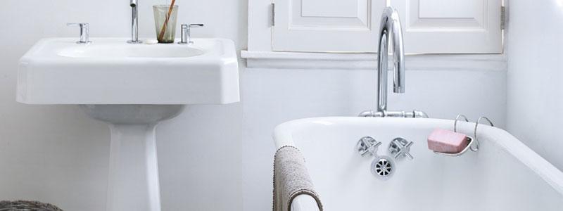 čistá kúpelňa, umývadlo, vaňa, sprchovací kút